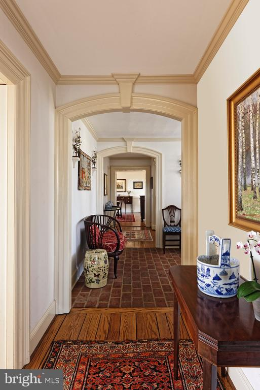 Classic architectural designs throughout the house - 21943 ST LOUIS RD, MIDDLEBURG