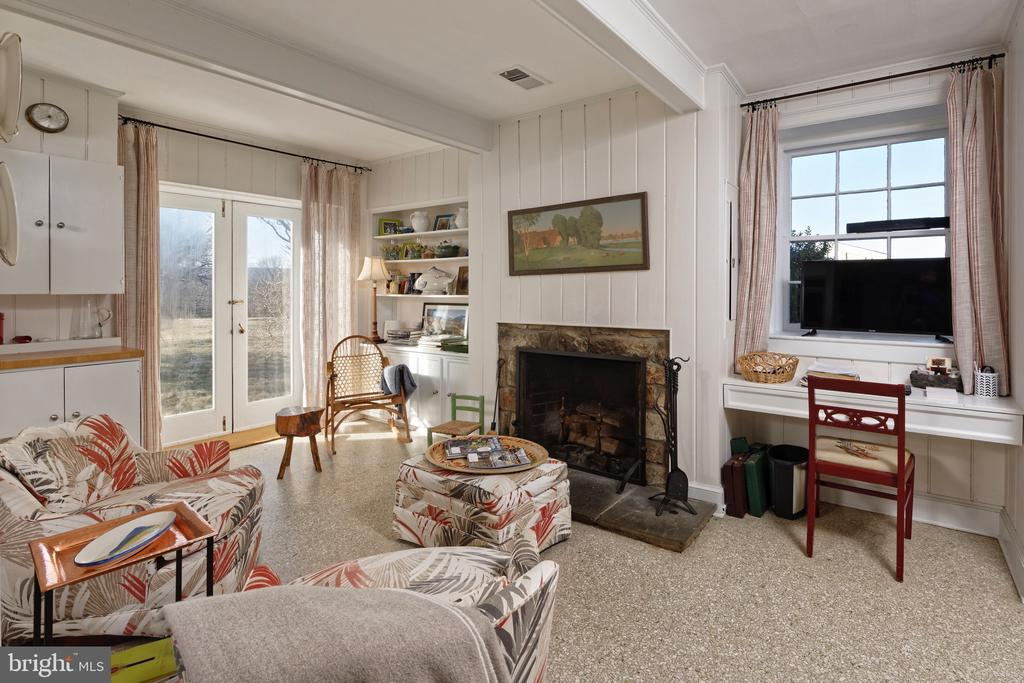 Sitting Area with fireplace within the kitchen - 21943 ST LOUIS RD, MIDDLEBURG