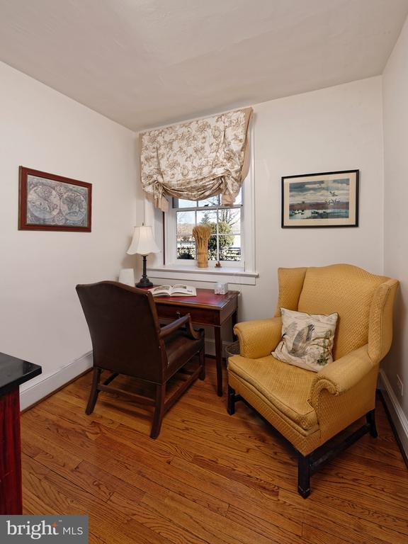 Separate small Office with built-in shelving - 21943 ST LOUIS RD, MIDDLEBURG