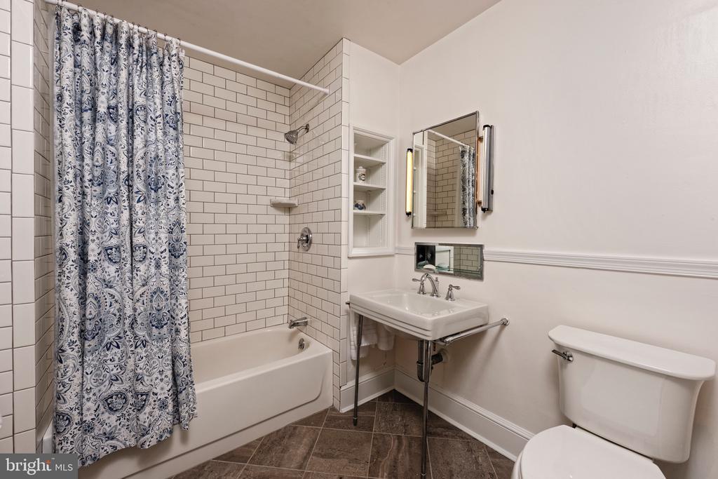 En suite bath in 1st floor guest bedroom - 21943 ST LOUIS RD, MIDDLEBURG