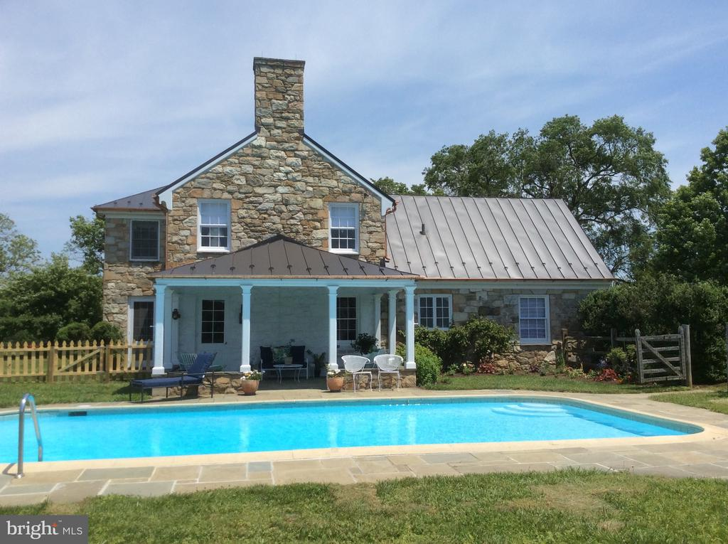 Swimming pool off side covered porch - 21943 ST LOUIS RD, MIDDLEBURG