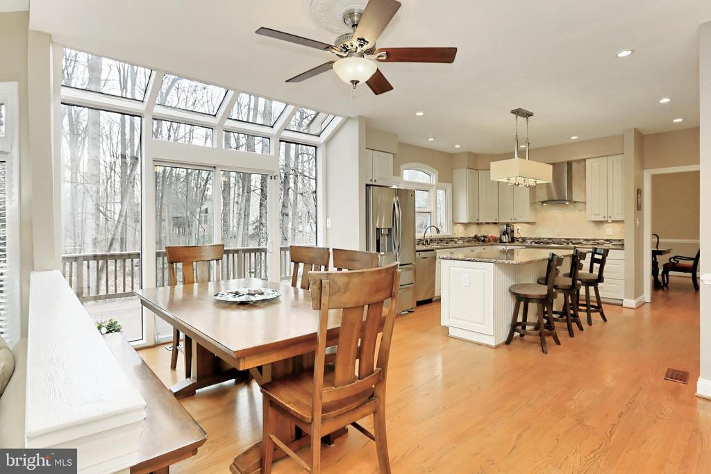 Spacious Kitchen area perfect for entertaining! - 6302 KNOLLS POND LN, FAIRFAX STATION