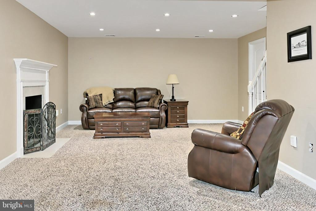 Plenty of space to relax or enjoy games & media! - 6302 KNOLLS POND LN, FAIRFAX STATION