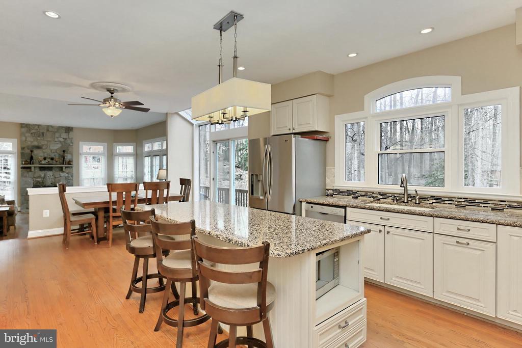 A stunning gourmet Kitchen! - 6302 KNOLLS POND LN, FAIRFAX STATION