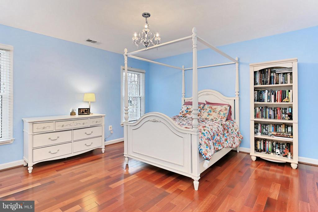 4th Bedroom with ensuite full bath! - 6302 KNOLLS POND LN, FAIRFAX STATION