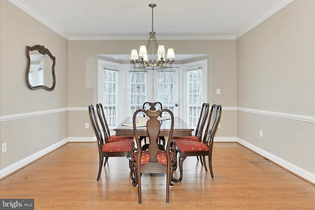 Formal Dining Room w/ Chic Chandelier - 6302 KNOLLS POND LN, FAIRFAX STATION