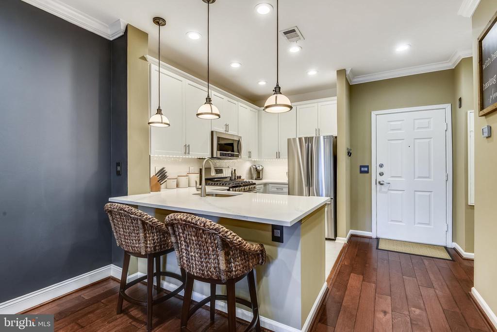 Kitchen peninsula with quartz counters - 12000 MARKET ST #169, RESTON