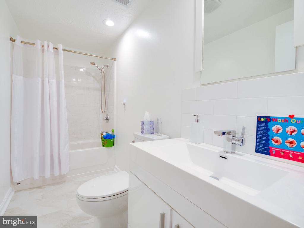Lower Level Full Bathroom - 1677 BAYFIELD WAY, RESTON