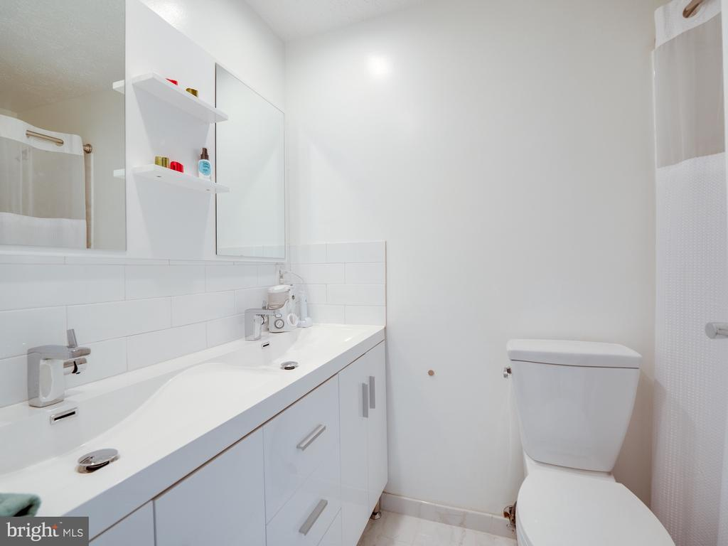 Dual Vanity Hall Bath with Whirlpool Tub w/ Jets - 1677 BAYFIELD WAY, RESTON