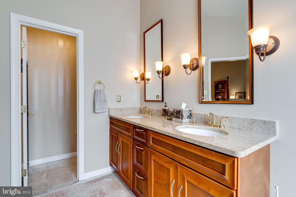 Owner's En Suite Bath - Separate Commod Room - 10502 CATESBY ROW, FAIRFAX