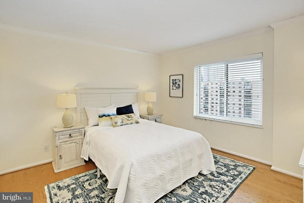 Second roomy bedroom or grand home office! - 8380 GREENSBORO DR #1017, MCLEAN