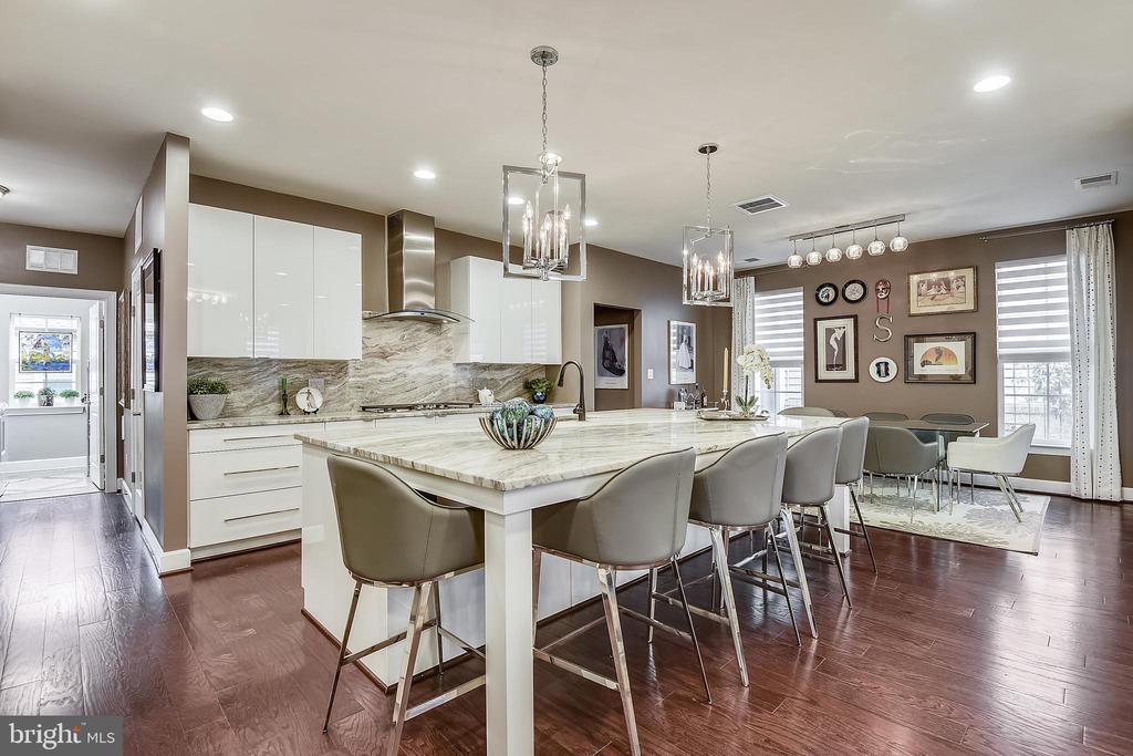Kitchen with custom lighting - 42897 BEAVER CROSSING SQ, ASHBURN