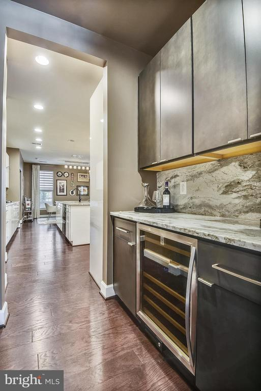Butler's Pantry with wine refrigerator and granite - 42897 BEAVER CROSSING SQ, ASHBURN