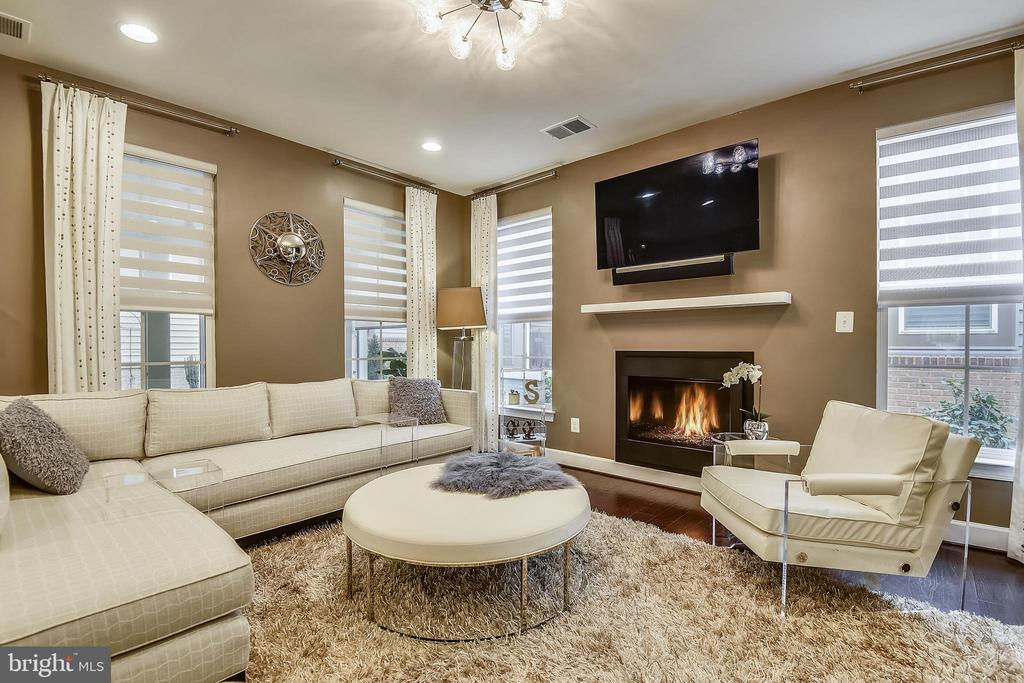 Great Room with cozy gas fireplace - 42897 BEAVER CROSSING SQ, ASHBURN