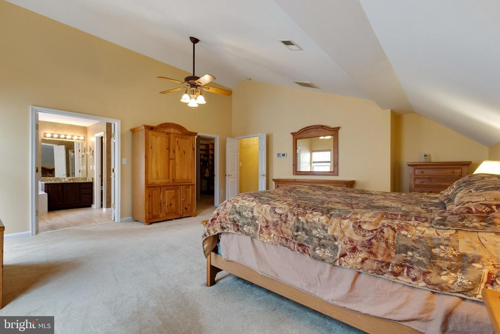 Primary Bedroom with faulted ceilings - 15230 BOWMANS FOLLY DR, MANASSAS