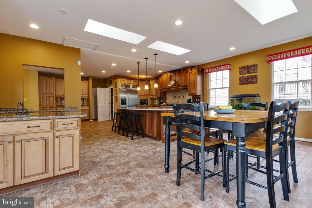 Open layout great for entertaining - 15230 BOWMANS FOLLY DR, MANASSAS
