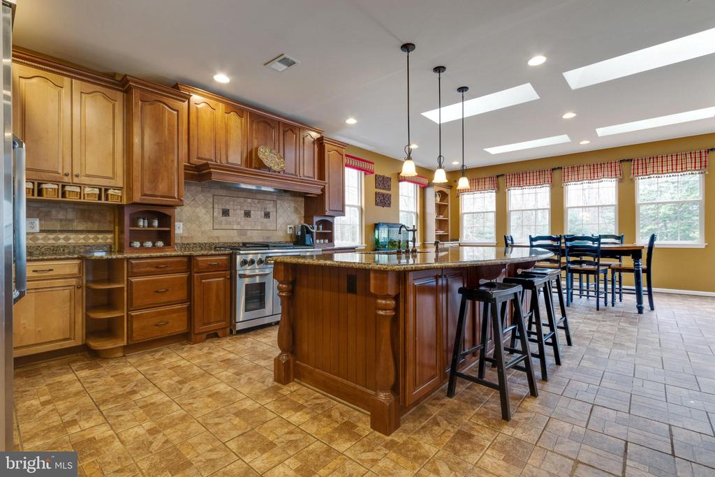 Expanded gourmet Kitchen with luxury appliances - 15230 BOWMANS FOLLY DR, MANASSAS