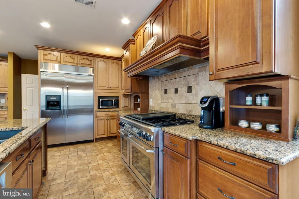 Custom kitchen with tons of storage and countertop - 15230 BOWMANS FOLLY DR, MANASSAS