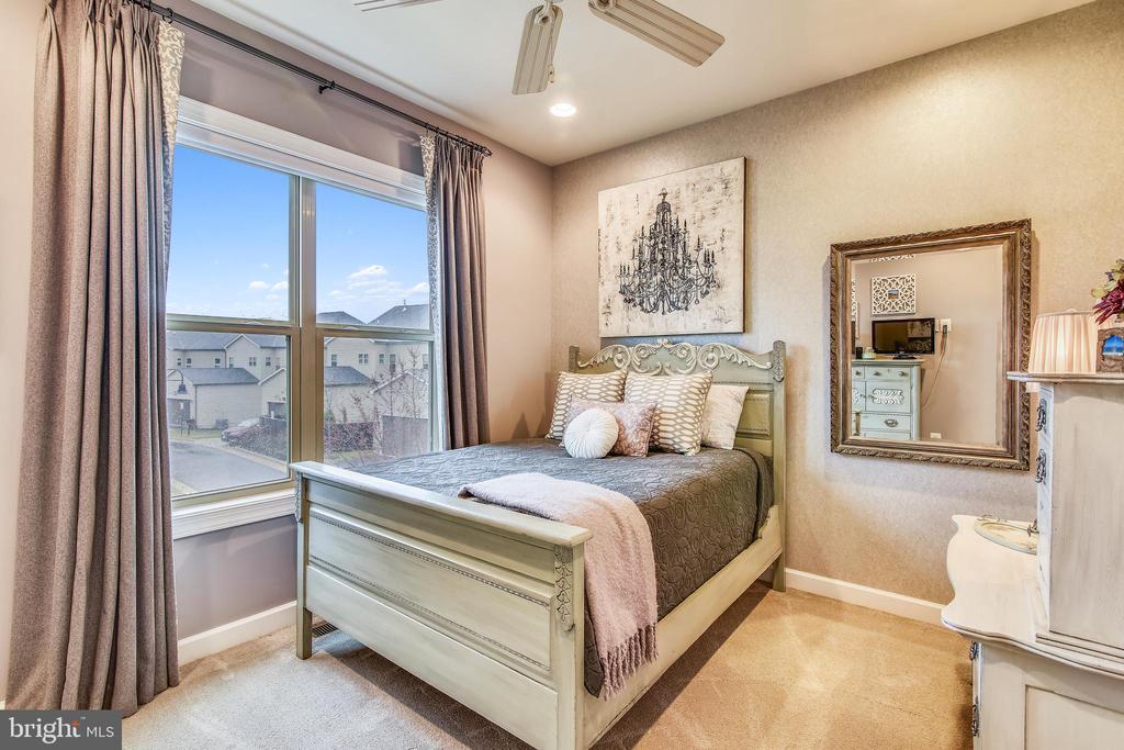 3RD BEDROOM WITH WALK-IN CLOSET + CELING FAN - 20800 EXCHANGE ST, ASHBURN