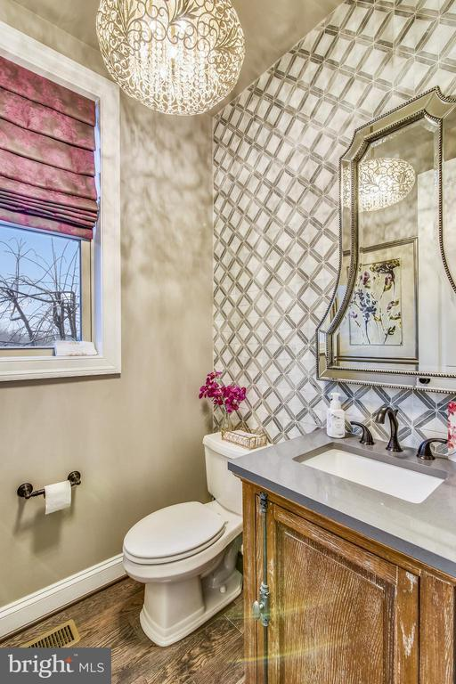 POWDER ROOM ON MAIN LEVEL WITH CUSTOM TILED WALL - 20800 EXCHANGE ST, ASHBURN
