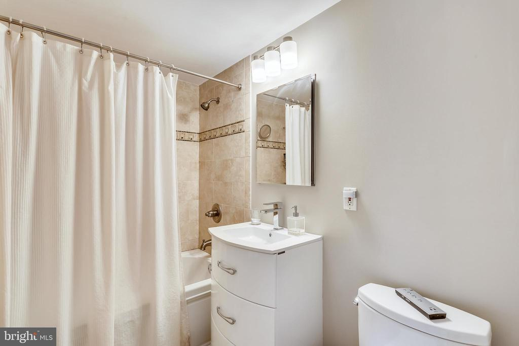 HALL BATH WITH JACUZZI TUB - 5025 WISSIOMING RD, BETHESDA