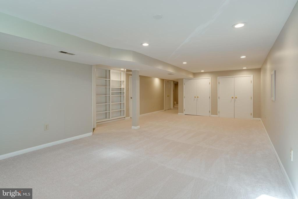 Large family room with 2 additional closets - 604 N LATHAM ST, ALEXANDRIA
