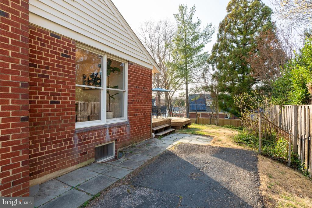 Driveway leads to the side of the house - 604 N LATHAM ST, ALEXANDRIA