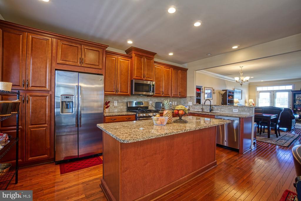 Beautiful Upgraded Cabinetry & Hardwood Floors - 23399 CARTERS MEADOW TER, ASHBURN