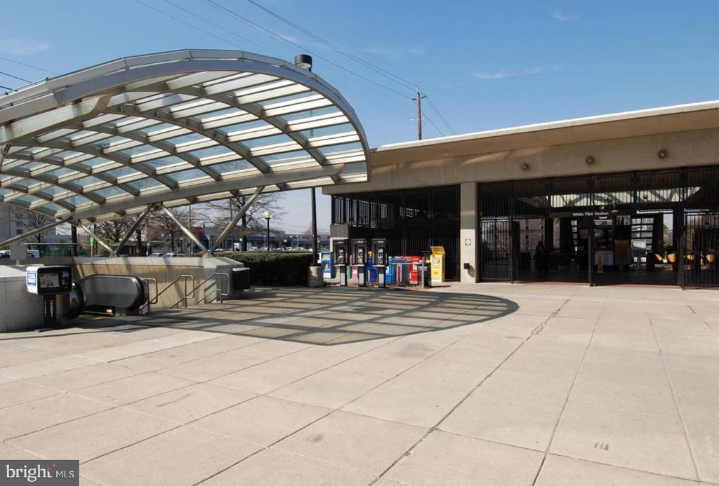 Short walk to White Flint Metro - 5801 EDSON LN #T1, ROCKVILLE