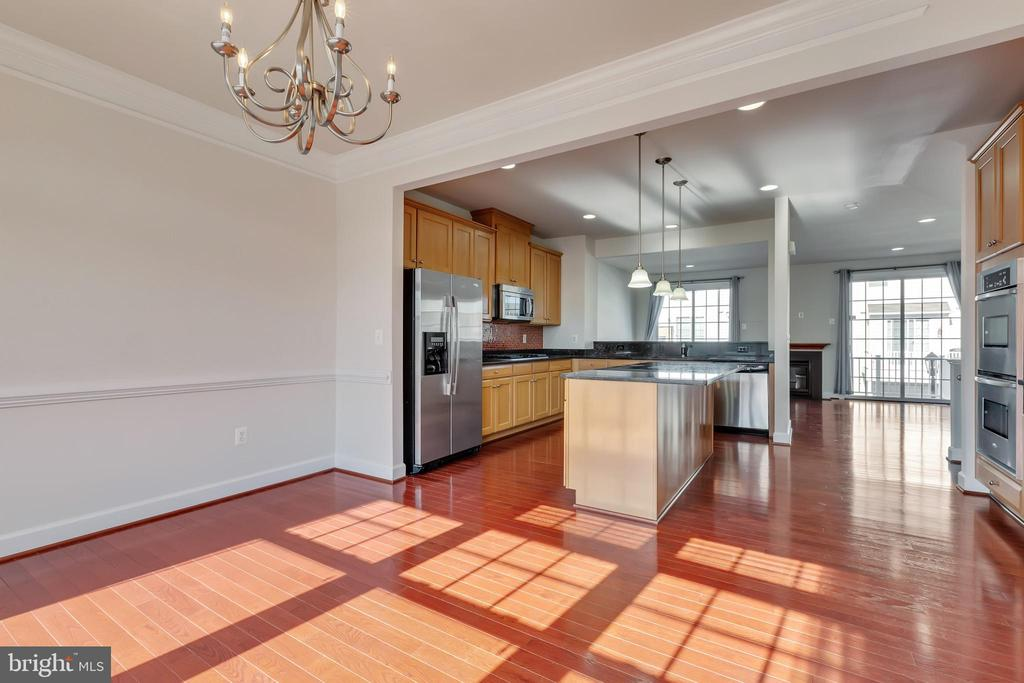 Breakfast area with beautiful sunlight - 561 VAN BUREN ST, HERNDON