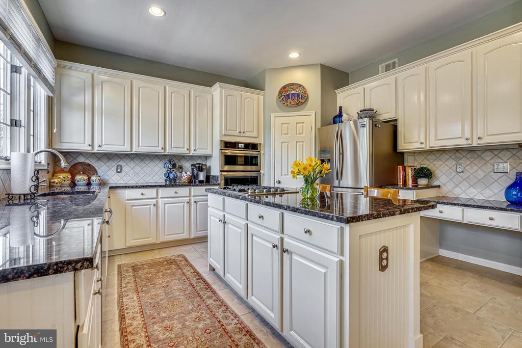 Gourmet kitchen with island & 42