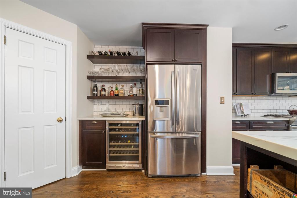 built in bar with wine fridge - 3008 RUSSELL RD, ALEXANDRIA
