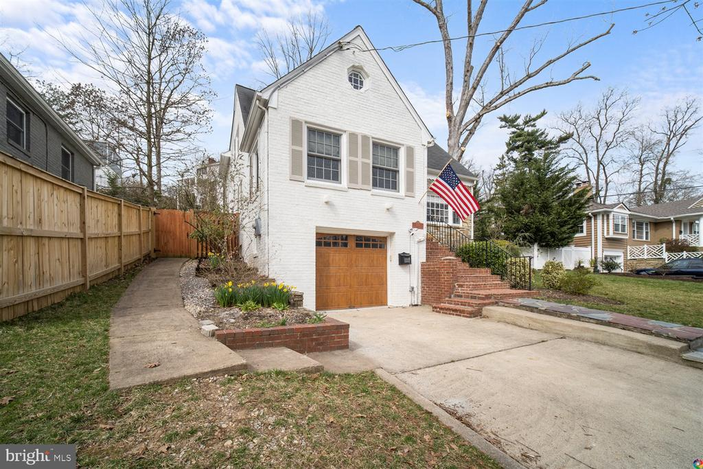 Off street, driveway parking and garage - 3008 RUSSELL RD, ALEXANDRIA