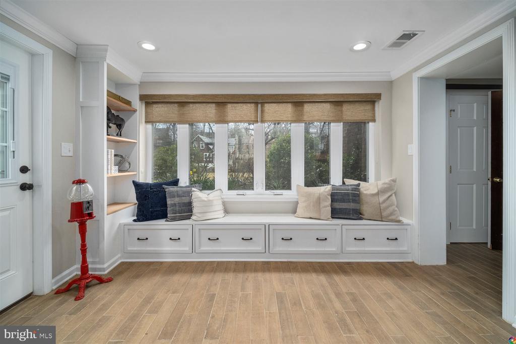 Custom window set with storage & newer windows - 3008 RUSSELL RD, ALEXANDRIA