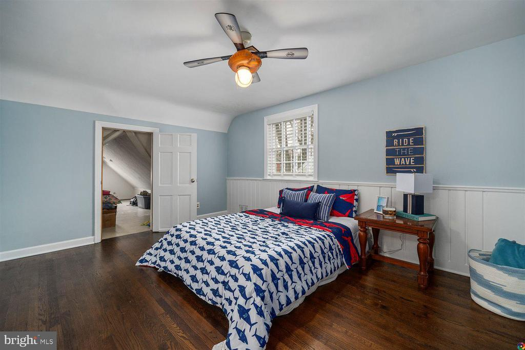 2nd UL bedroom w/door to attic and lots of storage - 3008 RUSSELL RD, ALEXANDRIA