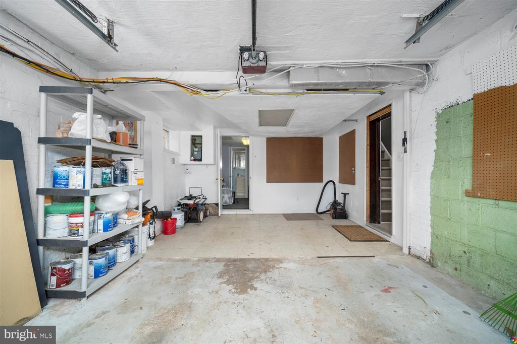 Garage with extra storage space - 3008 RUSSELL RD, ALEXANDRIA