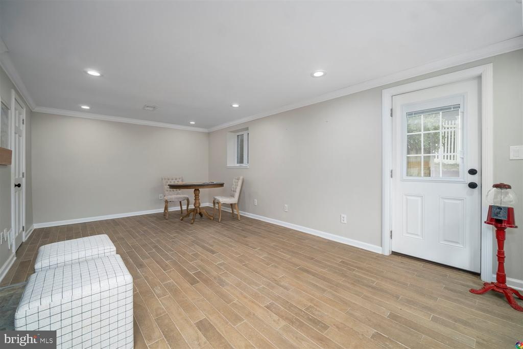 Lower level family room with exterior access - 3008 RUSSELL RD, ALEXANDRIA