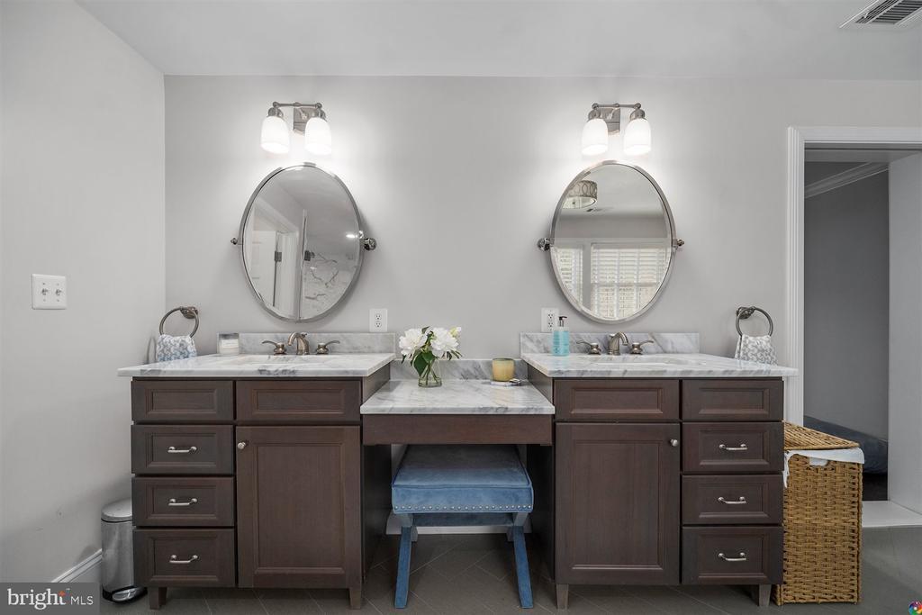 Double vanities in primary bathroom - 3008 RUSSELL RD, ALEXANDRIA
