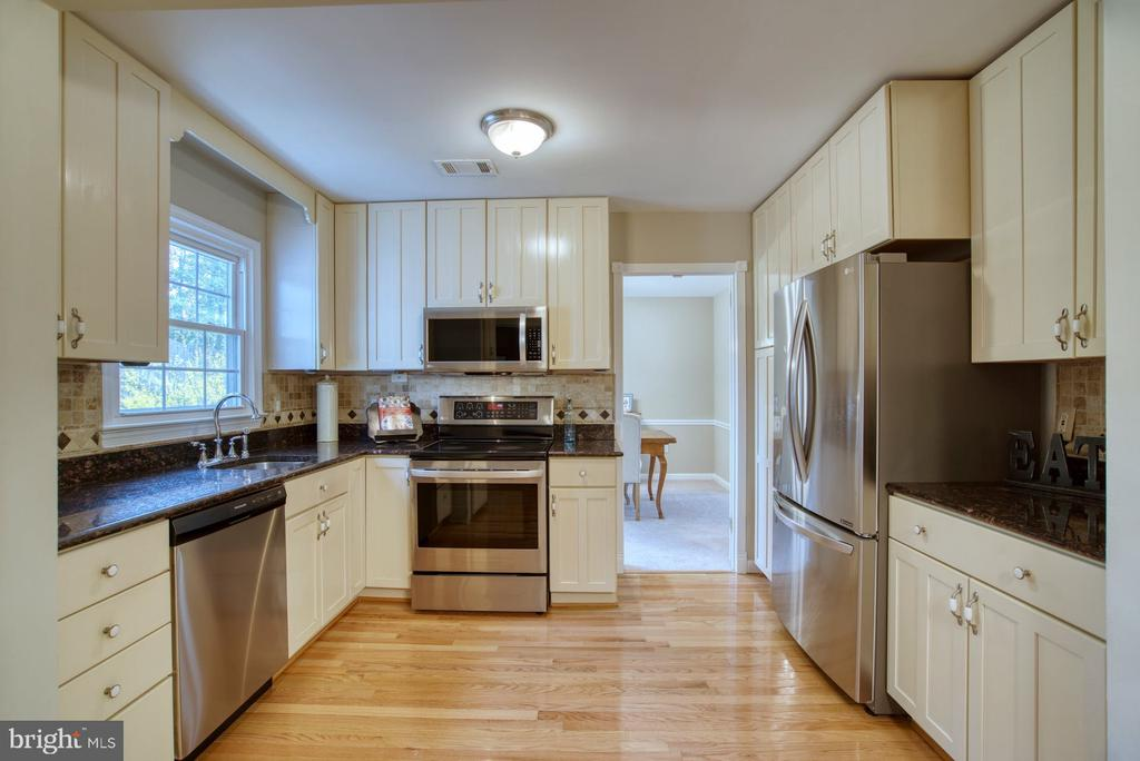 Lots of cabinet space and storage - 7804 ATTLEBORO DR, SPRINGFIELD