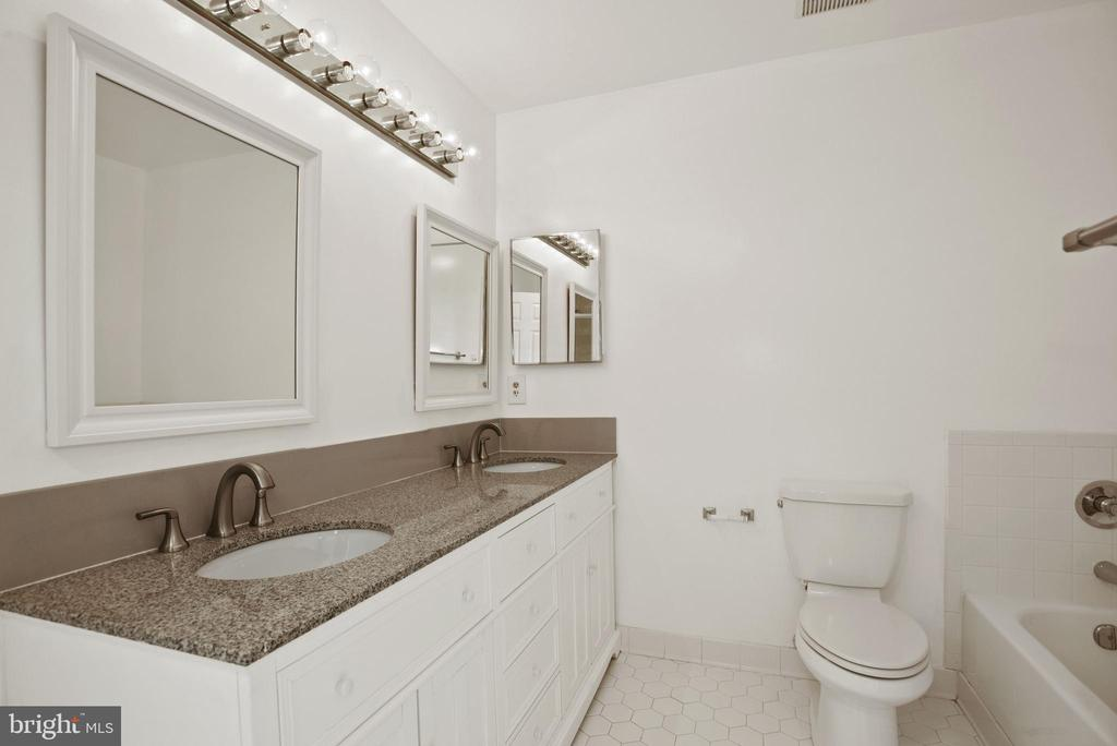 owner's full bath - 1510 MEADOW CHASE DR, HERNDON