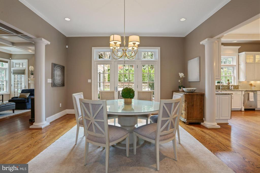 Informal Dining Room opens to Terrace - 2424 N EDGEWOOD ST, ARLINGTON