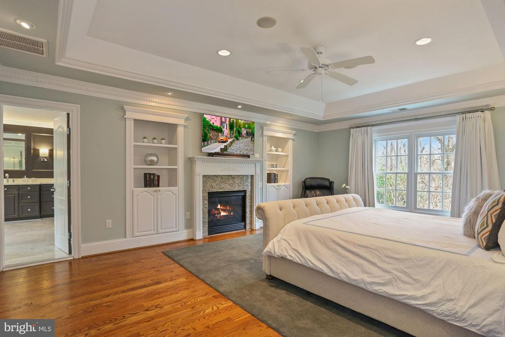 Primary Suite One with Built-ins and Gas Fireplace - 2424 N EDGEWOOD ST, ARLINGTON