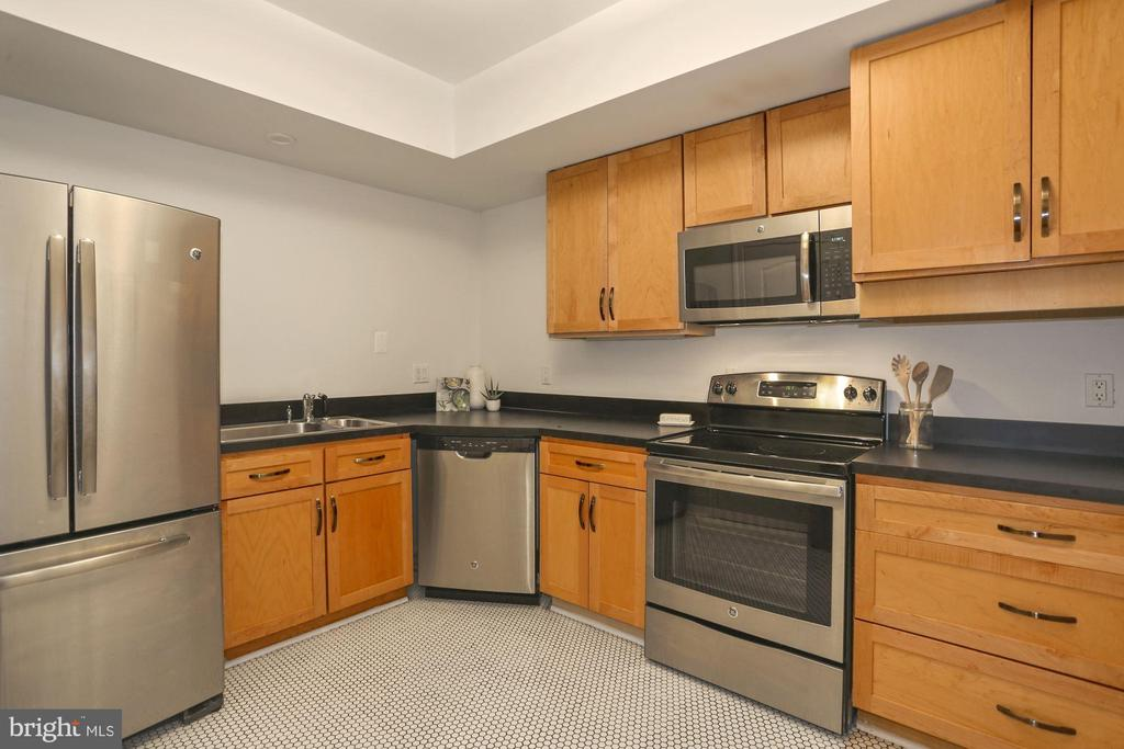 Lower Level Full Kitchen with Walk-in Pantry - 2424 N EDGEWOOD ST, ARLINGTON