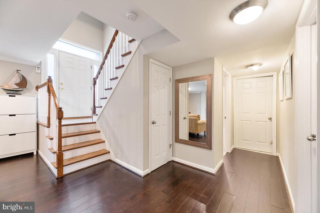 Foyer leading to Lower Level - 401 BLAIR RD NW, VIENNA