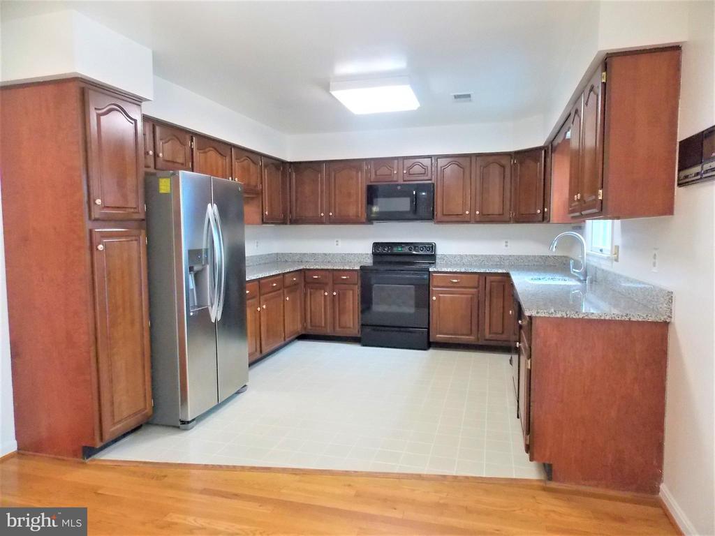 Large Kitchen, granite counters, newer appliances - 123 GRETNA GREEN CT, ALEXANDRIA