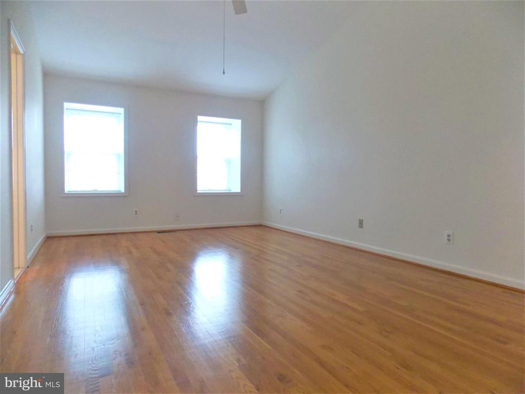Large Master Bedroom, hardwood floors - 123 GRETNA GREEN CT, ALEXANDRIA