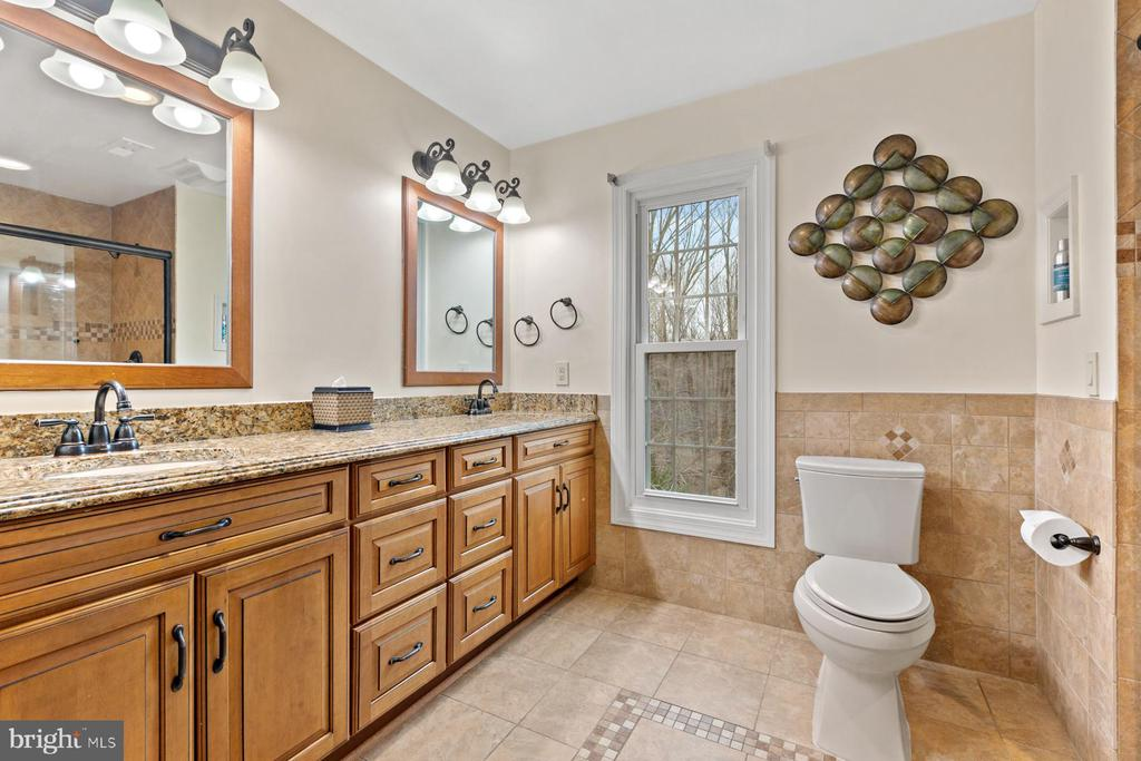 Full bath - Upper Level - 5722 WINDSOR GATE LN, FAIRFAX