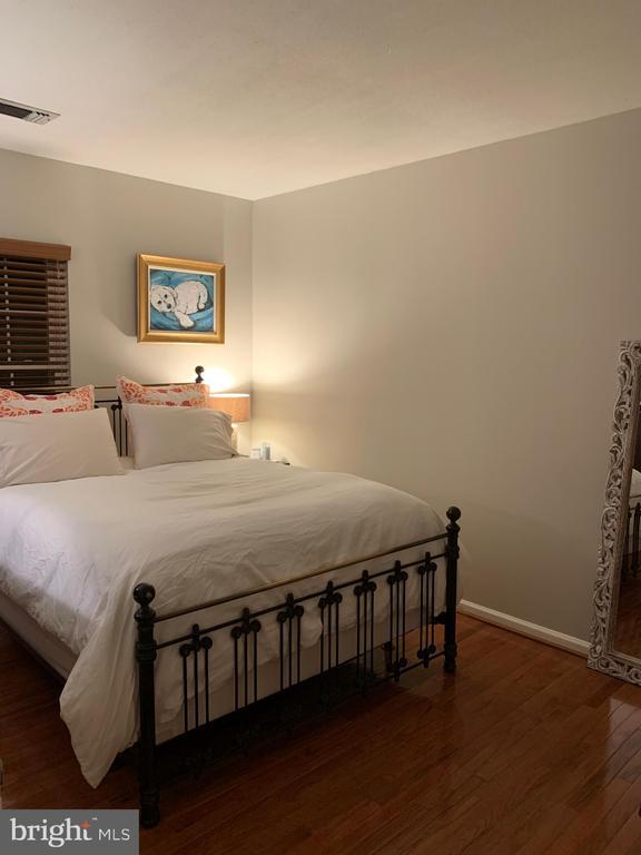Spacious bedroom with walk-in closet - 20303 BEECHWOOD TER #303, ASHBURN