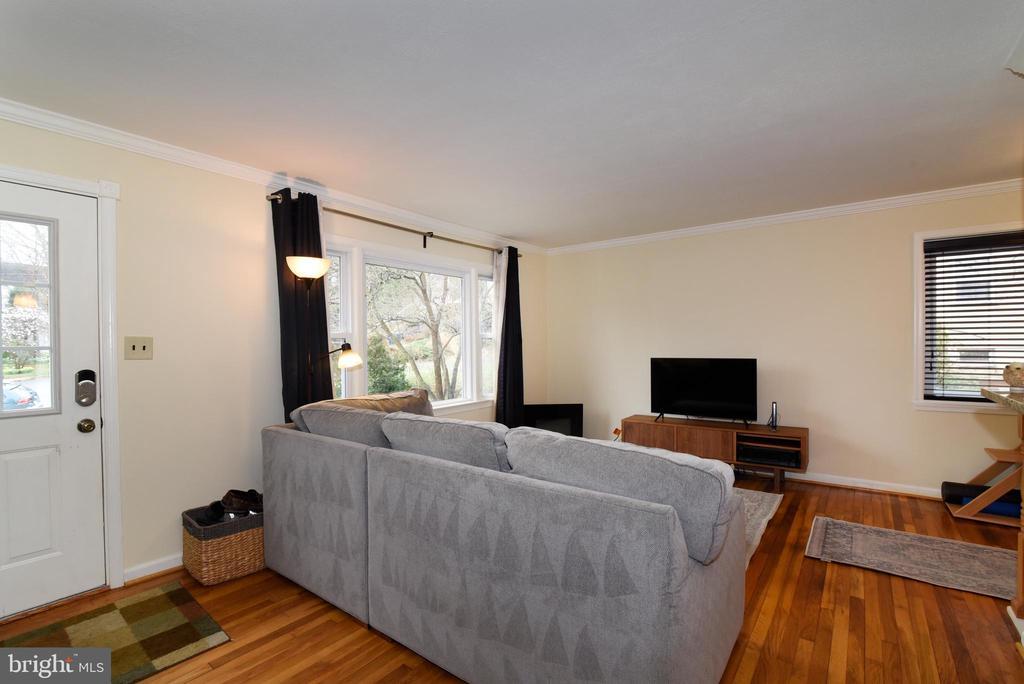 Light filled living room - 6306 GENTELE CT, ALEXANDRIA