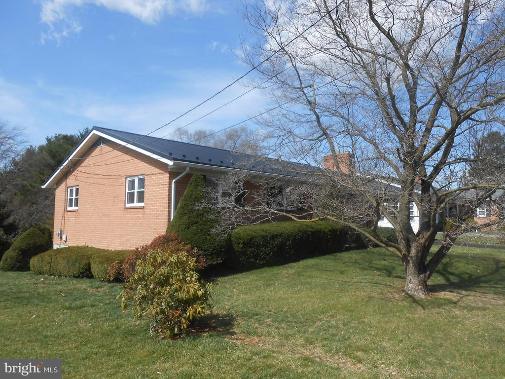 Side view of house - 26 MAPLE AVE, SMITHSBURG